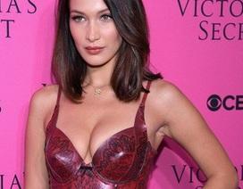 Bella Hadid khoe ngực đầy trên thảm đỏ