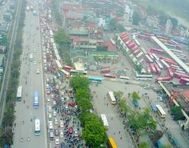 """Người dân """"tay xách nách mang"""" rời Hà Nội về quê nghỉ Tết Dương lịch"""