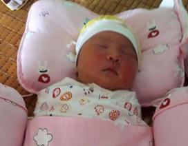 Bé sơ sinh nặng 4,2 kg bị bỏ rơi trước cửa nhà dân