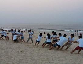 Người dân đổ xô ra biển để giải nhiệt vì nắng nóng