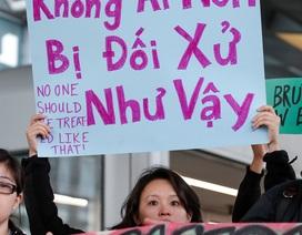Vì sao nhiều người lên tiếng vụ bác sĩ gốc Việt bị lôi khỏi máy bay Mỹ?