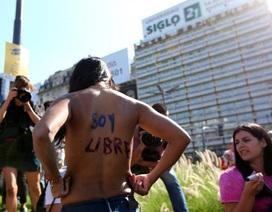 Argentina: Biểu tình ngực trần đòi quyền bán khỏa thân tại bãi biển