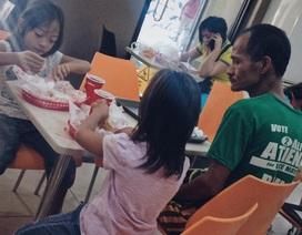 Câu chuyện cảm động sau bức ảnh bố nhịn đói nhìn con ăn gà rán