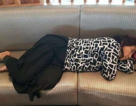 Xôn xao ảnh bộ trưởng Indonesia ngủ trên ghế sân bay