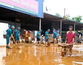 Mưa lớn, bùn đất ngập cao cả mét trong nhà dân