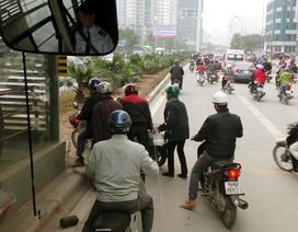 Buýt nhanh đứng chờ... xe máy vượt dải phân cách