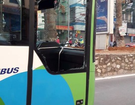 Xe buýt nhanh vỡ tan cửa kính vì va chạm với ô tô con