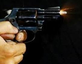 Mâu thuẫn cá nhân, côn đồ nã đạn thẳng vào nhà đối phương