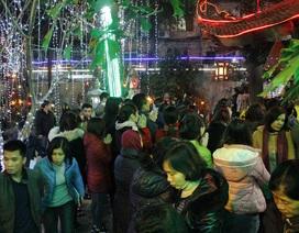 Đêm muộn, hàng nghìn người vẫn đợi cầu an ở chùa Phúc Khánh