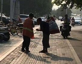 Hình ảnh người quét rác chia bữa ăn cho người ăn xin mù khiến cộng đồng mạng cảm động