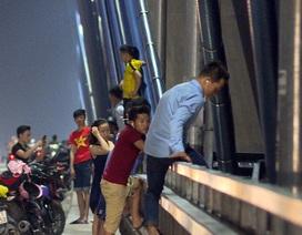 Vô tư vi phạm luật trên cây cầu dây văng lớn nhất Việt Nam