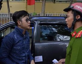 """Xe của ca sĩ Quách Tuấn Du bị Phó Chủ tịch quận 1 """"lệnh"""" cẩu đi"""