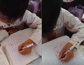 Cậu bé 9 tuổi ở Kiên Giang xoay ngược vở, dùng tay trái viết chữ siêu đẹp