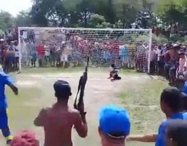 Cổ động viên vác súng AK tới sân cổ vũ bóng đá