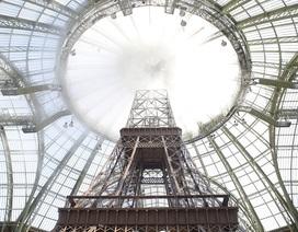 """Chanel dựng tháp Eiffel """"khủng"""" giữa sàn catwalk"""