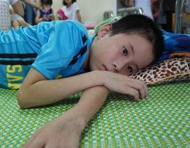 Cậu bé mồ côi cha đối mặt với nguy cơ bị liệt vì mẹ quá nghèo