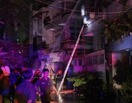 7 người dìu nhau thoát khỏi căn nhà cháy