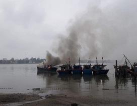 Tàu cá bất ngờ bốc cháy dữ dội trên sông Nhật Lệ