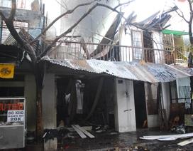 Hơn 20 người dìu nhau thoát khỏi đám cháy lúc sáng sớm