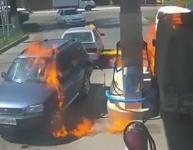 Làm cháy cả trạm xăng vì... bật lửa soi bình chứa nhiên liệu