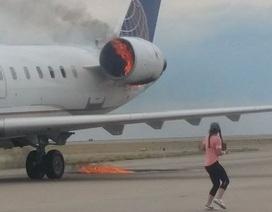 Máy bay chở khách United Airlines cháy động cơ trên không