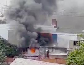 Người phụ nữ bế bé 2 tuổi thoát khỏi biển lửa