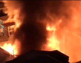 Cháy dữ dội trong đêm, 3 căn nhà ở trung tâm Sài Gòn bị thiêu rụi