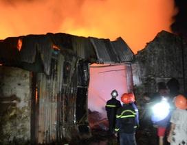 Hơn 100 cán bộ chiến sỹ trắng đêm dập lửa cứu kho gỗ