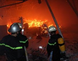 """Hình ảnh """"biển lửa"""" bao trùm khu vực gần cảng Sài Gòn suốt 3 tiếng"""