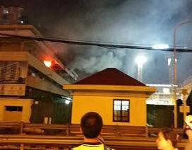 Khoa khám bệnh của Bệnh viện Bạch Mai bốc cháy trong đêm