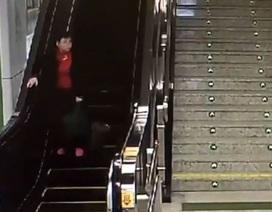 """Clip triệu người xem: """"Bà già chạy đua ngược chiều với thang máy"""""""