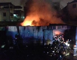 Hà Nội: Kho hàng quần áo bốc cháy dữ dội giữa khu dân cư