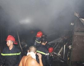 Người dân hốt hoảng sơ tán hàng hóa vì vụ cháy lúc rạng sáng