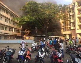 Cháy bãi xe ký túc xá Đại học Y dược, sinh viên cuống cuồng di dời tài sản