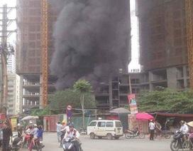 Hà Nội: Công nhân cuống cuồng sơ tán đồ đạc vì khu lán ở bốc cháy