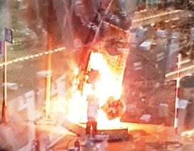 Vòm quảng cáo trên đường phố Huế bất ngờ bốc cháy dữ dội