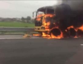 Xe tải bốc cháy dữ dội trên cao tốc