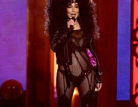 71 tuổi, Cher vẫn mặc đồ hở bạo trên sân khấu