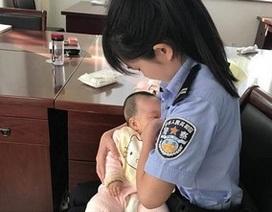 """Hình ảnh nữ cảnh sát cho con của bị cáo bú tại tòa """"gây sốt"""" cộng đồng mạng"""