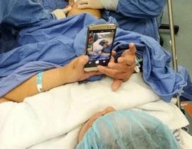 Thú vị cảnh nữ bệnh nhân chơi smartphone để... giảm đau