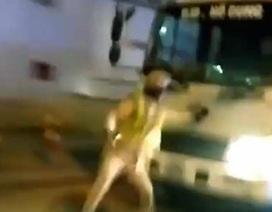 Hà Nội: Lái xe tải lao thẳng vào CSGT để trốn chạy