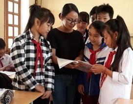 Cô giáo vùng cao dạy tiếng Anh bằng 3 thứ tiếng