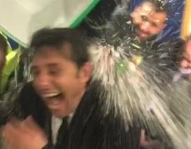 """HLV Conte bất ngờ bị học trò """"đánh úp"""" trong phòng thay đồ"""