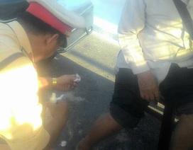 CSGT Đà Nẵng chăm sóc cụ ông bán vé số bị thương trên đường