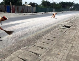 """Hà Nội: Cảnh sát giao thông dẹp """"bẫy"""" đá dăm trên đường"""