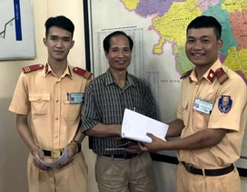 Hà Nội: CSGT trẻ tuổi trả lại chiếc ví nhặt được