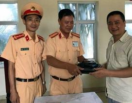CSGT Hà Nội trao trả chiếc cặp của giảng viên đánh rơi