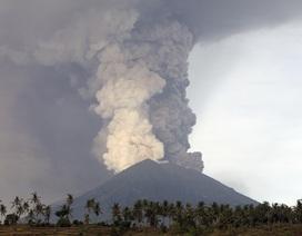 Núi lửa phun khói bụi mù mịt, Indonesia sơ tán 100.000 dân