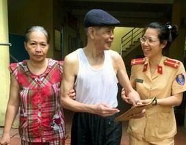 Cụ già đi lạc được Cảnh sát giao thông Hà Nội giúp tìm người thân