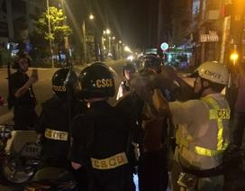 Gần chục Cảnh sát khống chế 2 tên cướp manh động
